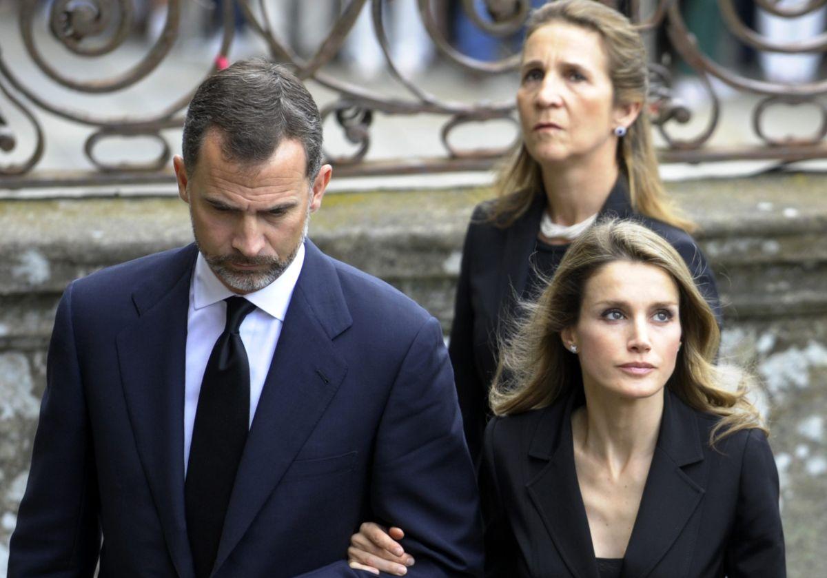 En la imagen la reina Letizia, su esposo el rey y la Infanta Elena.