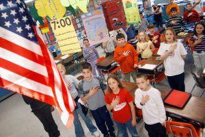 Arrestan a niño de once años luego de negarse a honrar a la bandera