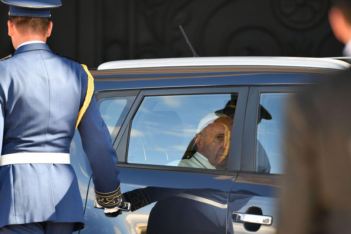 El papa llega al Palacio presidencial en Baku, Azerbaiyán, en su Kia negro. El 2 de octubre del 2016