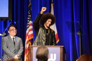 Rodilla en el suelo y con mascarilla: Kaepernick se une a Fauci y otros con prestigiado premio de Derechos Humanos