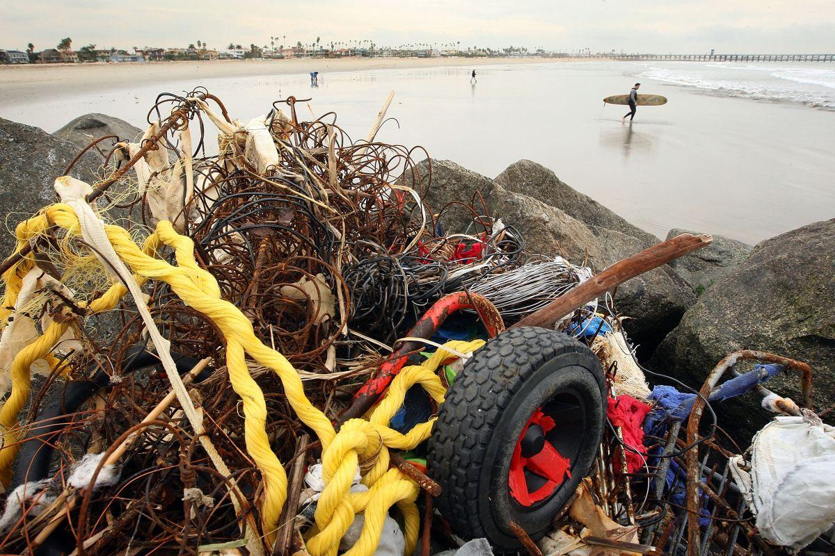 Residentes de Seal Beach expresaron su preocupación ya que la acumulación de basura se presenta frecuentemente durante el período de lluvias.