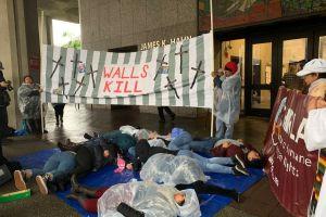 ¡Los muros matan, no los financien!, le dicen inmigrantes al Congreso durante protesta en Los Ángeles