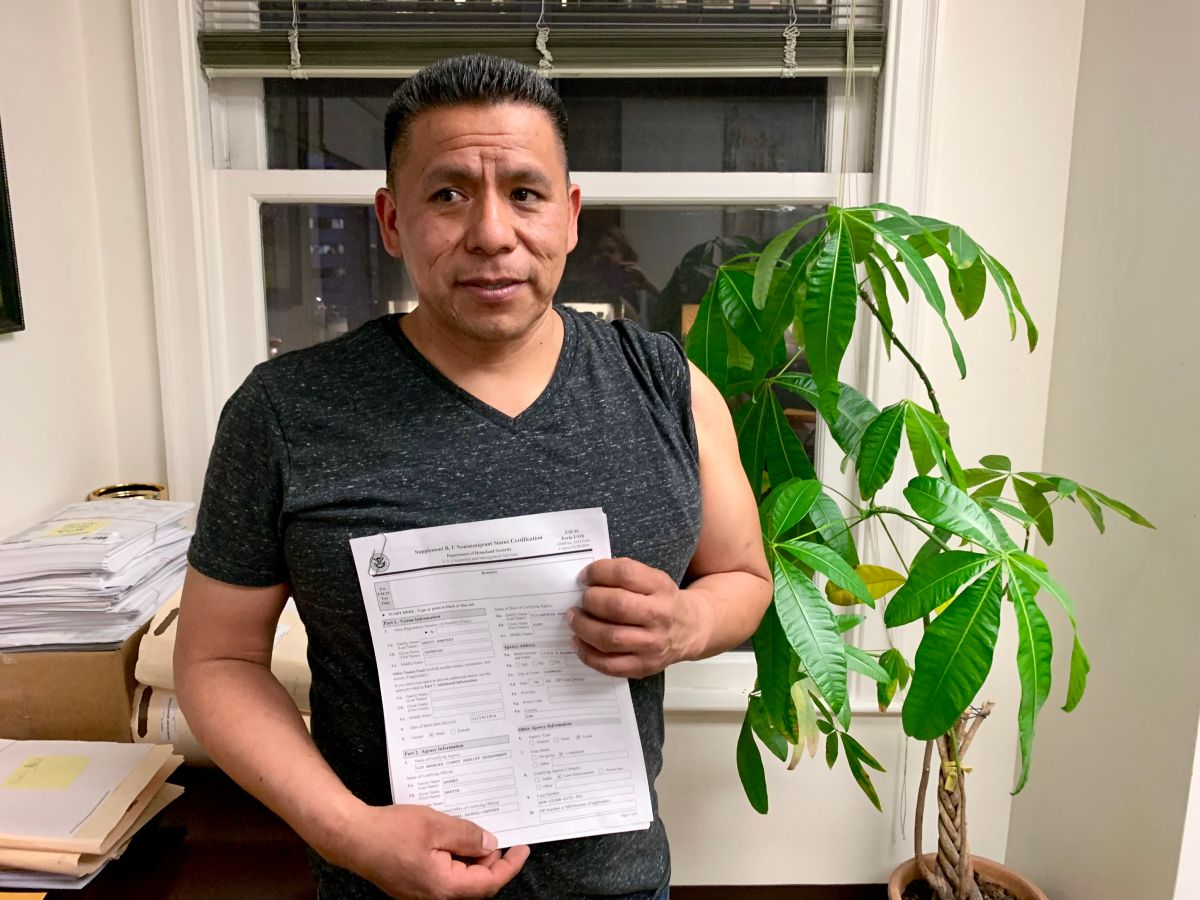 Zeferino Bravo Ramírez muestra su certificación policiaca que usará como evidencia para solicitar la visa U. (Araceli Martínez/La Opinión).