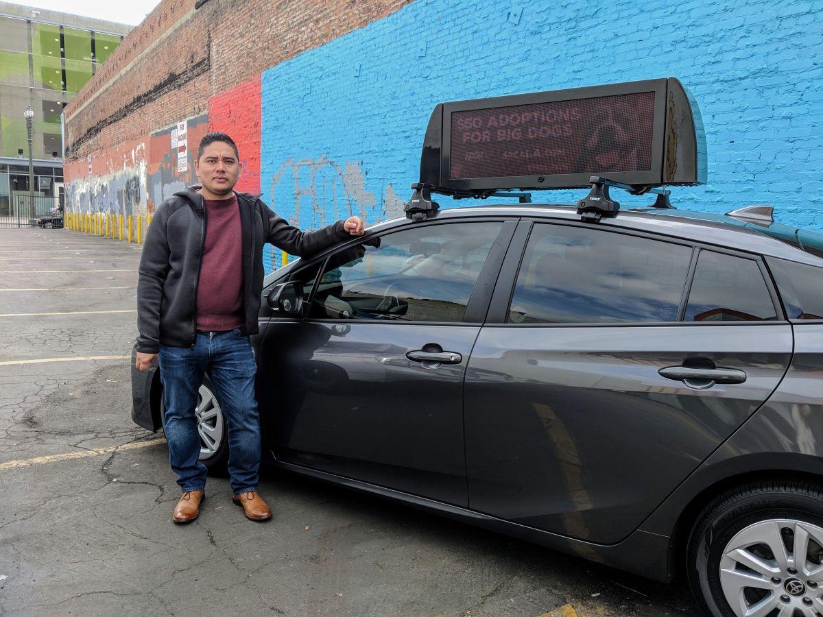 Francisco González es conductor de Uber y tiene un anuncio digital en su vehículo el cual le genera $300 extra por mes. (Jacqueline García)