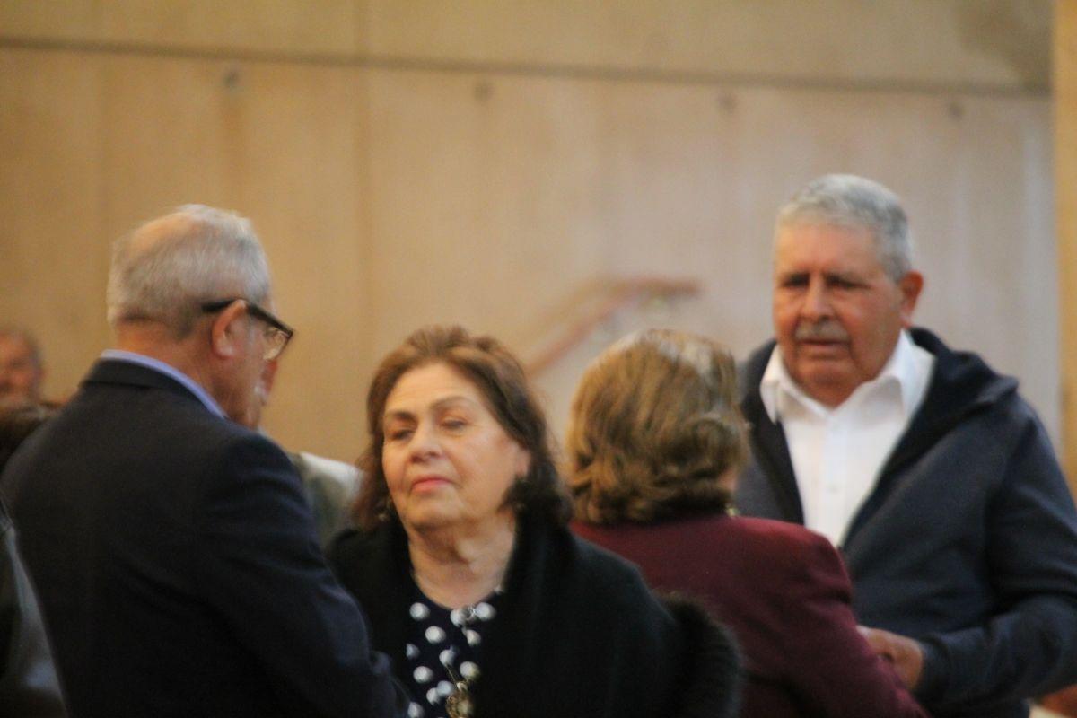 Don Refugio Alvarado y su esposa María (extrema derecha) se juraron amor eterno en la Catedral Nuestra Senora de Los Angeles porque cumplían 60 años de matrimonio. (Jorge Luis Macias, Especial para La Opinion)