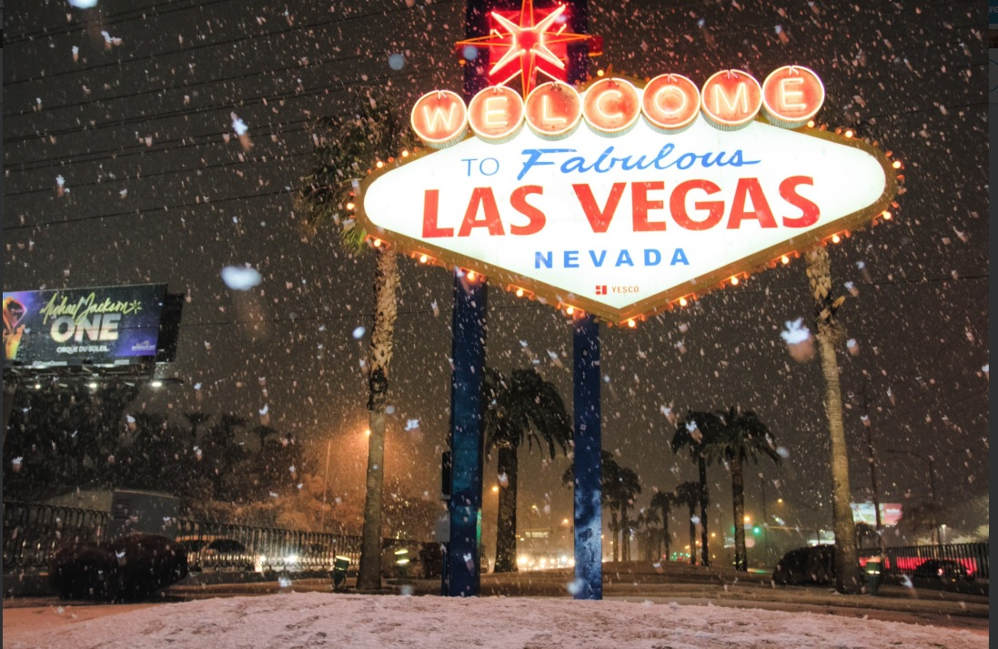 Las primeras precipitaciones en las zonas rurales y urbanas cercanas a la icónica ciudad de los espectáculos, comenzó el miércoles en la noche con una acumulación de nieve de hasta 0.5 pulgadas o 1.3 centímetros.