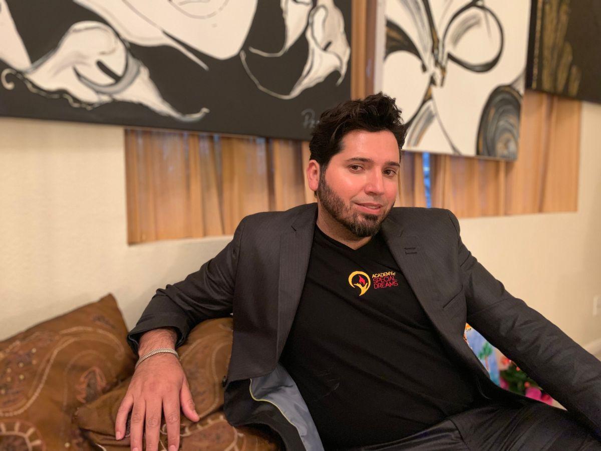 Artista inmigrante crea academia virtual para artistas discapacitados