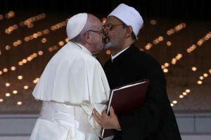 El histórico beso del papa Francisco a un imán musulmán que recorre el mundo