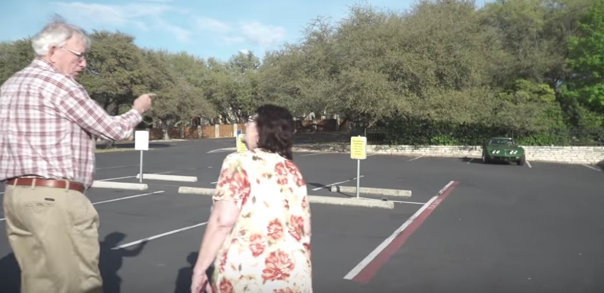 VÍDEO: Un hombre queda admirando un auto, lo que no sabe es que su hija lo compró para él