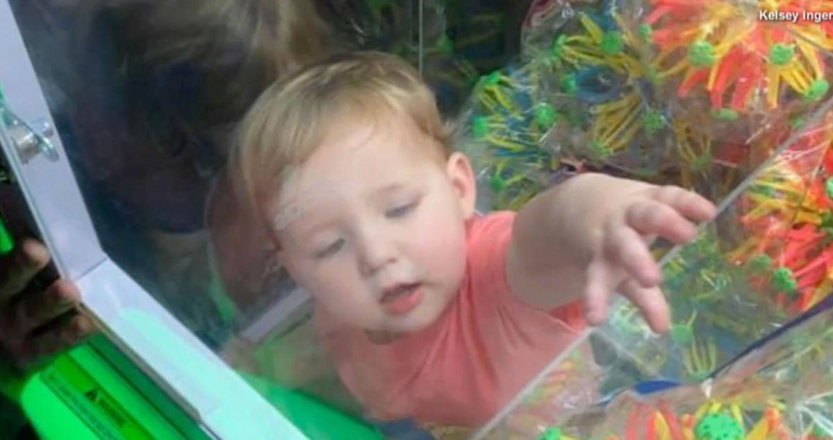 Un niño quedó atrapado en el interior de una máquina de juguetes.