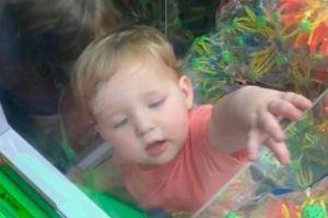 Un niño se queda atrapado en el interior de una máquina de juguetes