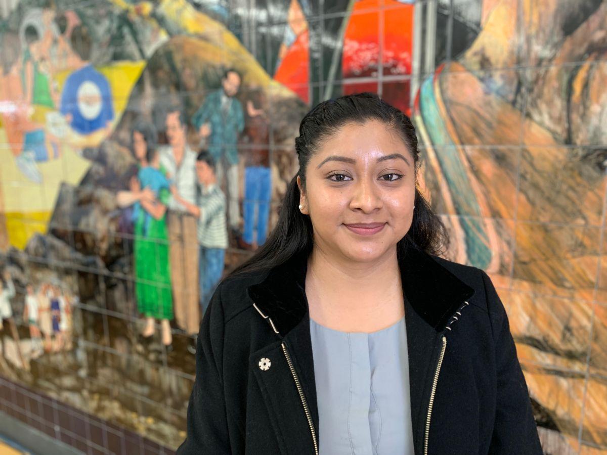 Sheila Salinas, beneficiaria de la Acción Diferida para los Llegados en la Infancia (DACA) aboga porque se restablezca los permisos para viajar fuera del país (Advance Parole). (Araceli Martínez/La Opinión).