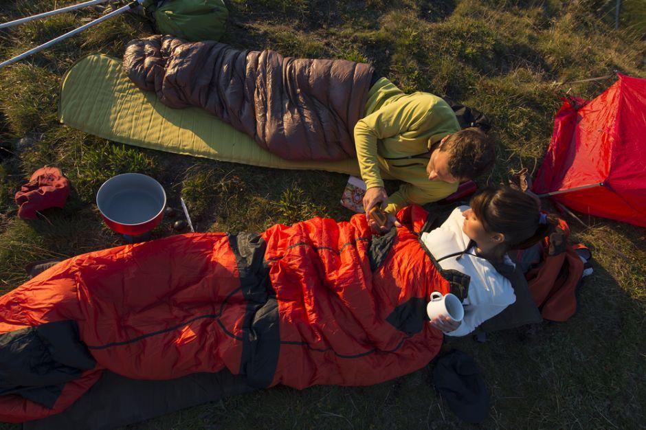 Ordena un saco de dormir en Amazon y queda avergonzado porque no cabe en él