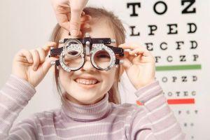 ¿Cuándo debo realizarle un primer examen de la vista a mi hijo?