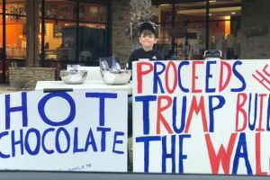 "Llaman ""pequeño Hitler"" a niño que vendió chocolate para recaudar fondos para muro de Trump"