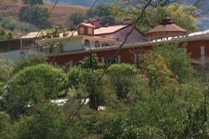 """El templo que """"El Chapo"""" construyó para su madre en Sinaloa y la plegaria de Doña Consuelo"""