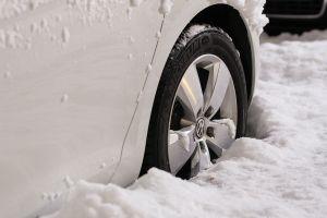 ¿Me conviene cambiar las llantas del auto en invierno?