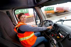 Latinas al volante de pesados camiones de carga