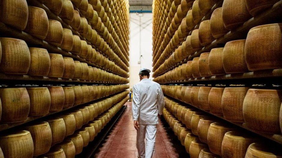 """Las sorprendentes razones por las que el queso parmesano es un alimento """"casi perfecto"""""""