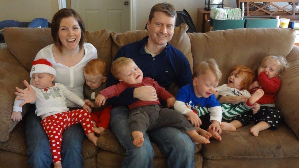 """El """"caos controlado"""" de criar sextillizos: cómo se las arreglan los padres después de partos múltiples"""