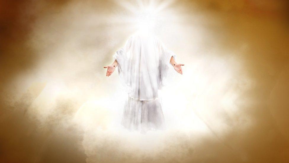 El umbral de Dios: por qué las sociedades no necesitan una deidad moral hasta llegar al millón de habitantes