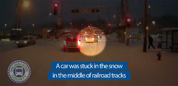 La nieve atrapó a un automóvil en las vías del tren.