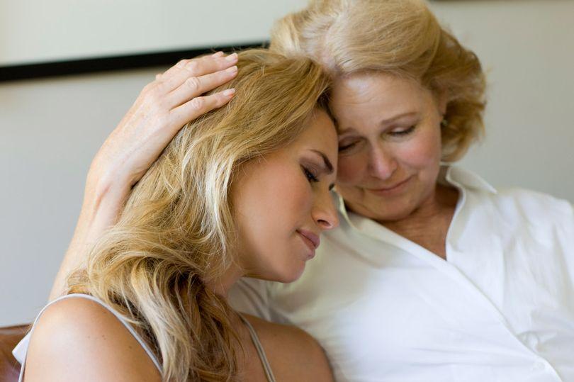 Mujeres se vuelven como sus mamás cuando cumplen 33, un estudio afirma