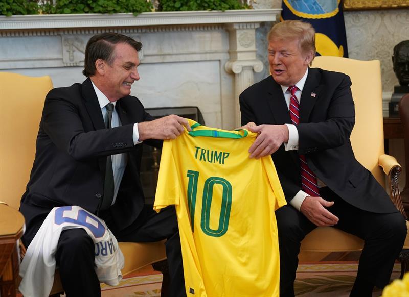 """Jair Bolsonaro le obsequió a Donald Trump una playera de la selección de Brasil con el """"10"""" que usaba Pelé"""