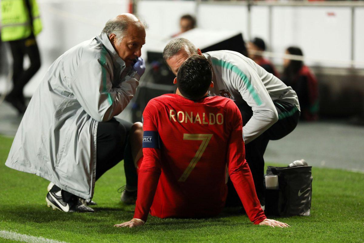 El portugués Cristiano Ronaldo es atendido durante un partido ante Serbia.