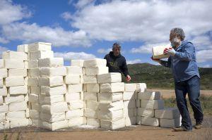 Artista levanta un muro de queso mexicano en la frontera de EEUU
