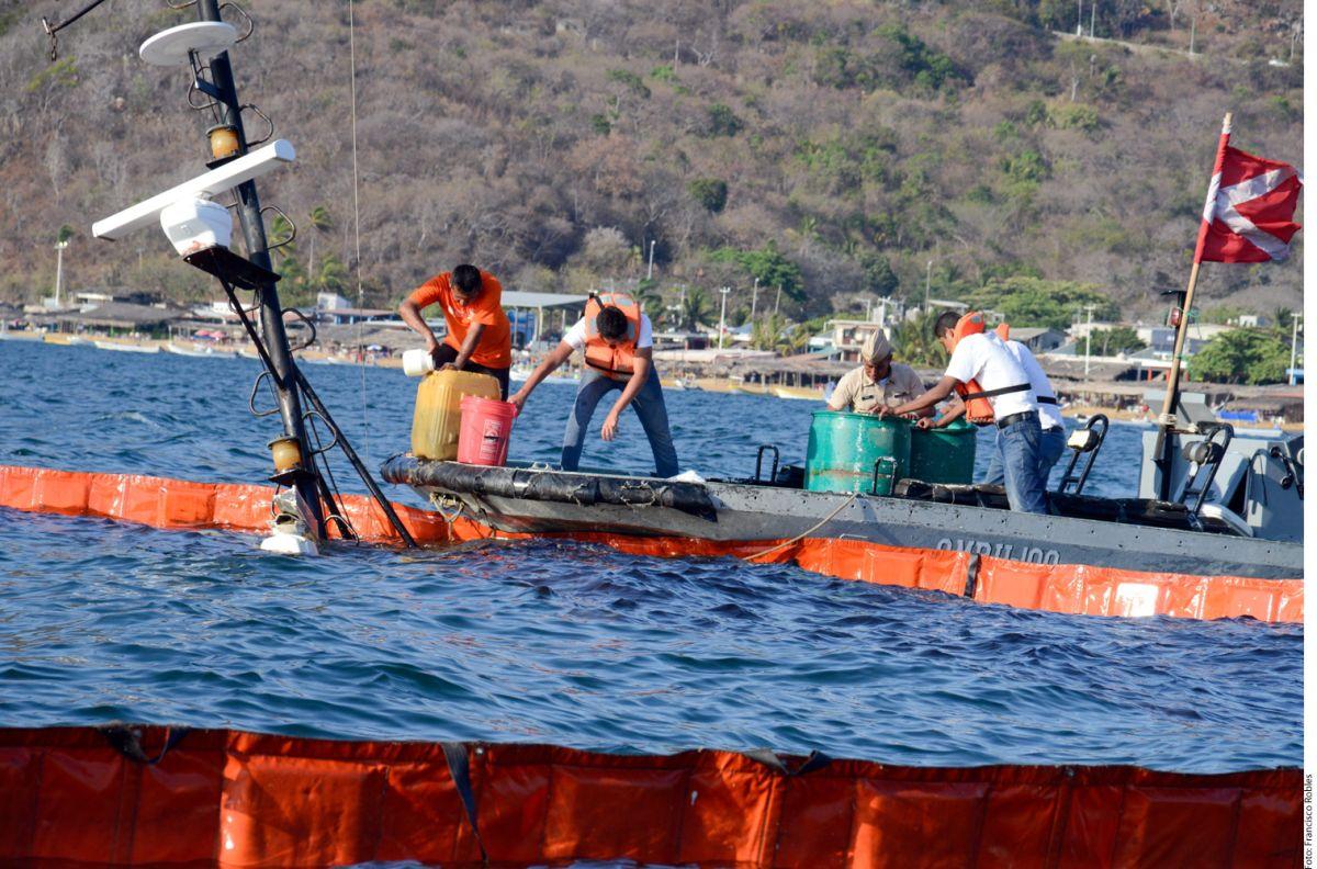 Se hunde embarcación y derrame diesel en la bahía de Acapulco