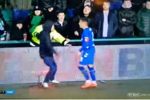 Video: fanático invade la cancha y golpea a jugador de los Rangers de Escocia