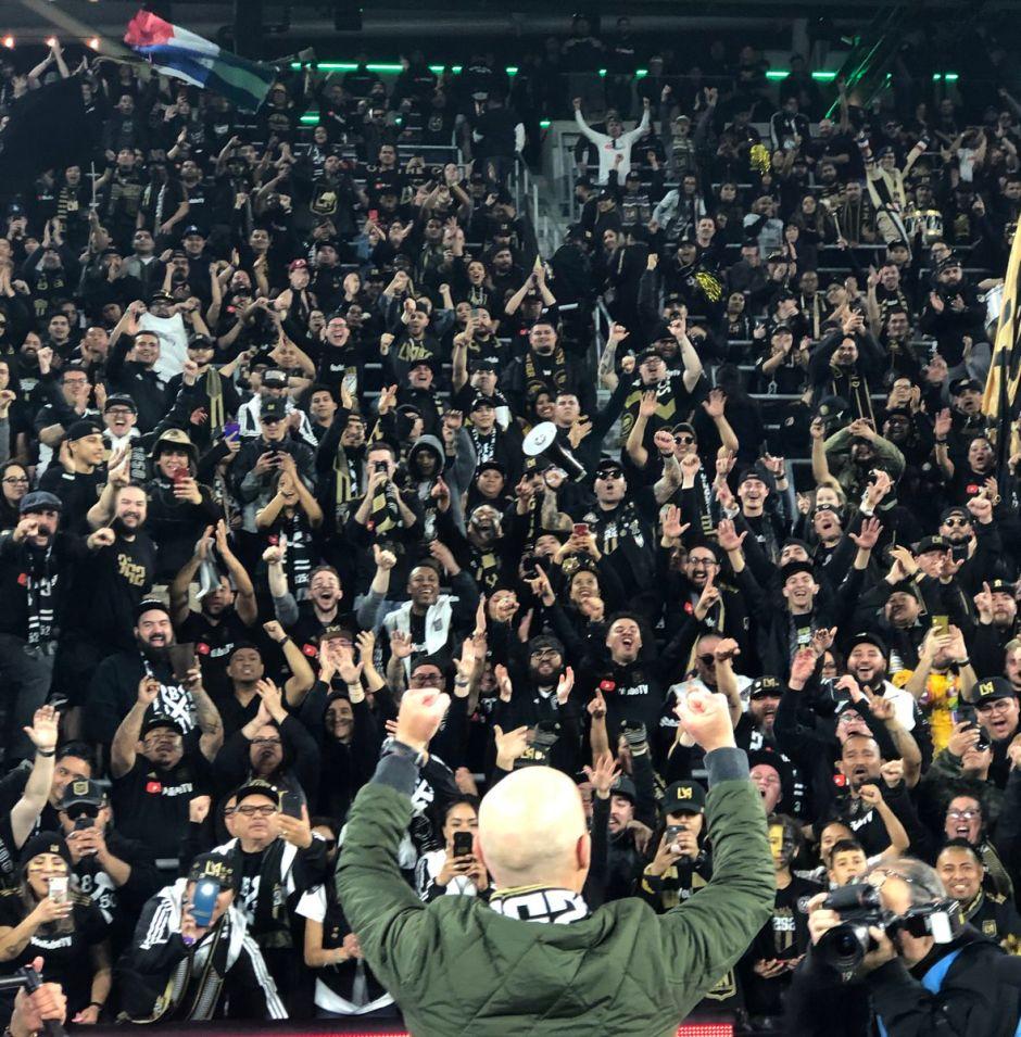 En su cumpleaños 61, el entrenador Bob Bradley obtuvo un triunfo que compartió con los fans.