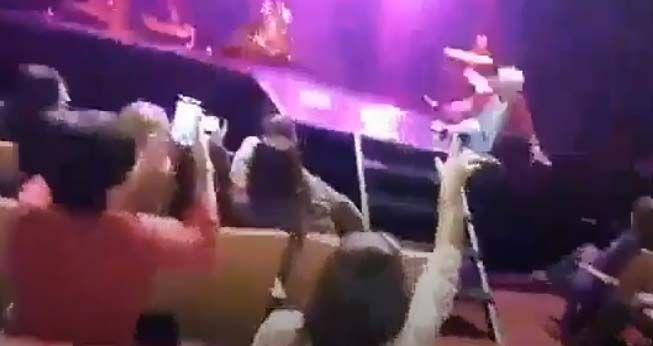 Sergio Denis cayó del escenario en el Teatro Mercedes Sosa.