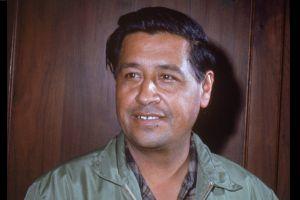 Honran a César Chávez con mural que retrata a familia hispana