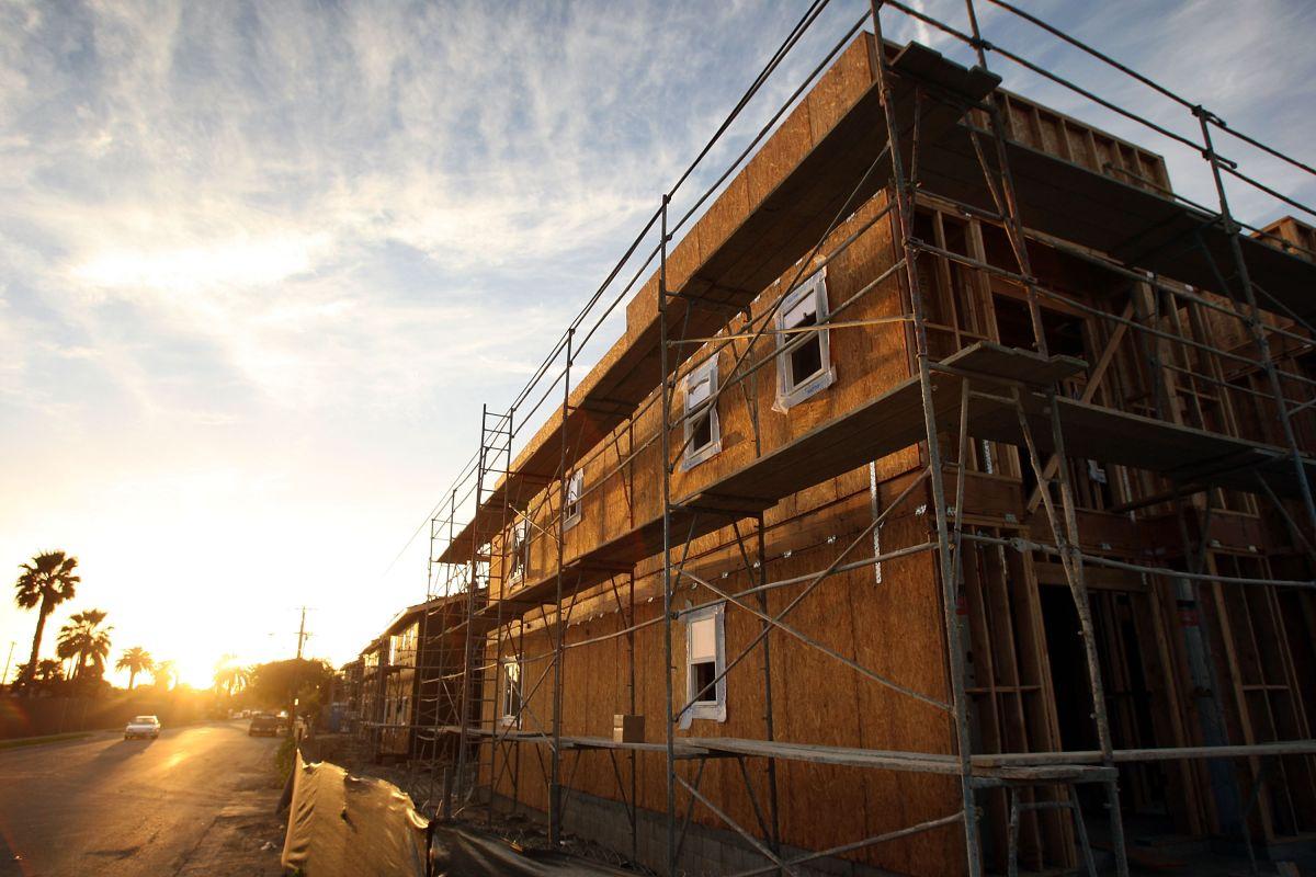 Construcciones de nuevos apartamentos en Compton, California, una de las ciudades que, según el estudio, no reportó su progreso.