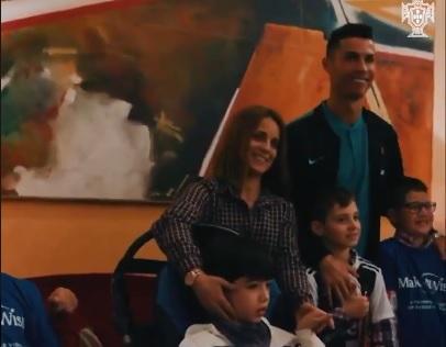 Cristiano Ronaldo regala sonrisas y felicidad a niños enfermos en un hospital