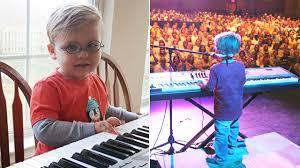 Niño ciego aprende a tocar el piano solo y ahora da conciertos multitudinarios