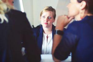 ¿Sientes envidia de un colega en la oficina? Descubre cómo lidiar con ésta