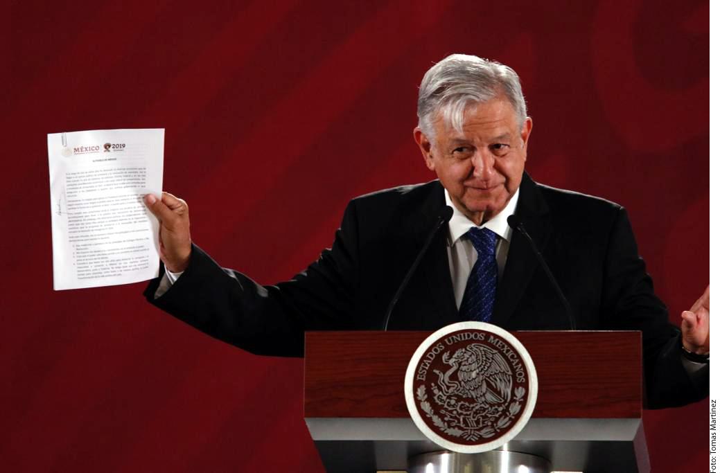 López Obrador firma compromiso para no reelegirse en el 2024