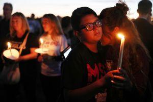 Padres de víctima del tiroteo de Parkland demandan al gobierno