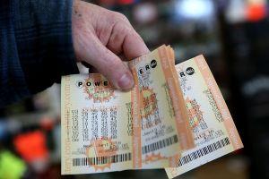 Pensaba que había ganado sólo $4 en la lotería Powerball. Pero eran $50 mil