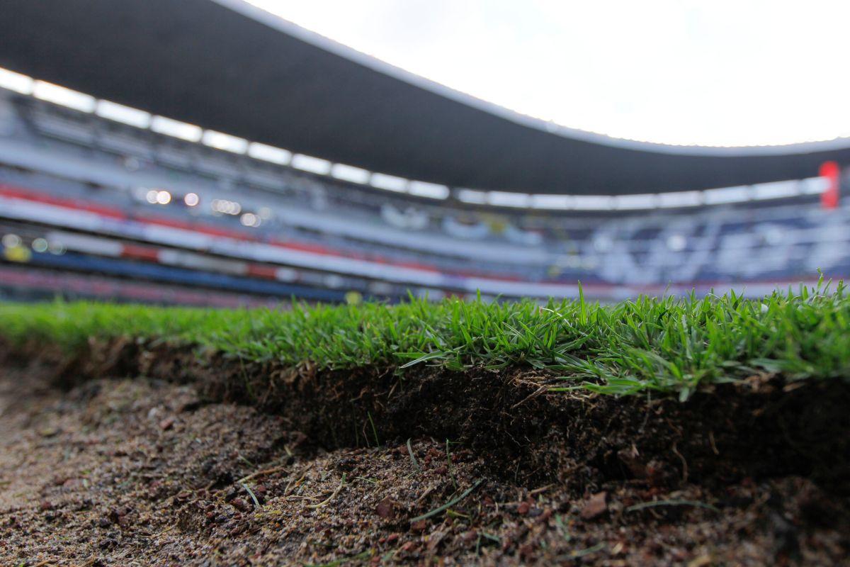 """El estadio Azteca cambiará su césped por la NFL, """"otra vez la burra al trigo"""""""