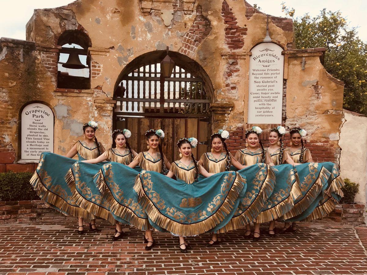 En una escuela del Este de Los Ángeles se dice: ¡Todos a bailar folclórico!