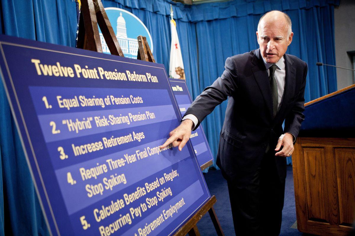 El exgobernador de California, Jerry Brown, presentó su plan de reforma de pensiones para empleados públicos en el 2011 en el Capitolio del Estado en Sacramento, California.