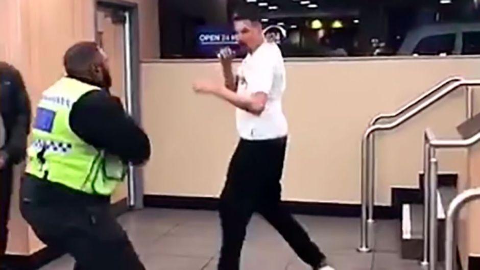 Vídeo: ¡Pelea en McDonald's! Dos hombres no quieren pagar y se agarran a golpes con empleados