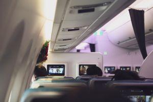 Un pasajero de avión le cobró $150 a su compañero de asiento por ser obeso