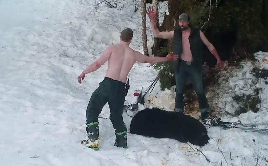 Video: Padre e hijo matan brutalmente a una osa junto a sus cachorros