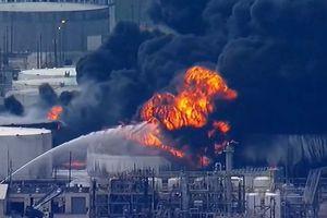 Incendio en compañía petroquímica en Texas mantiene en vilo a las autoridades