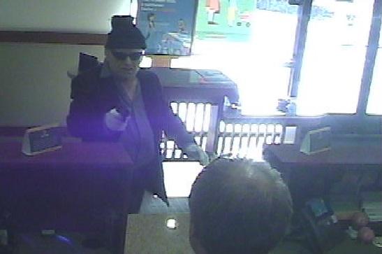 Tras ingresar a la sucursal, el ladrón presuntamente apuntó al cajero con una pistola semiautomática.